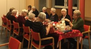 Personer samlet om bordet